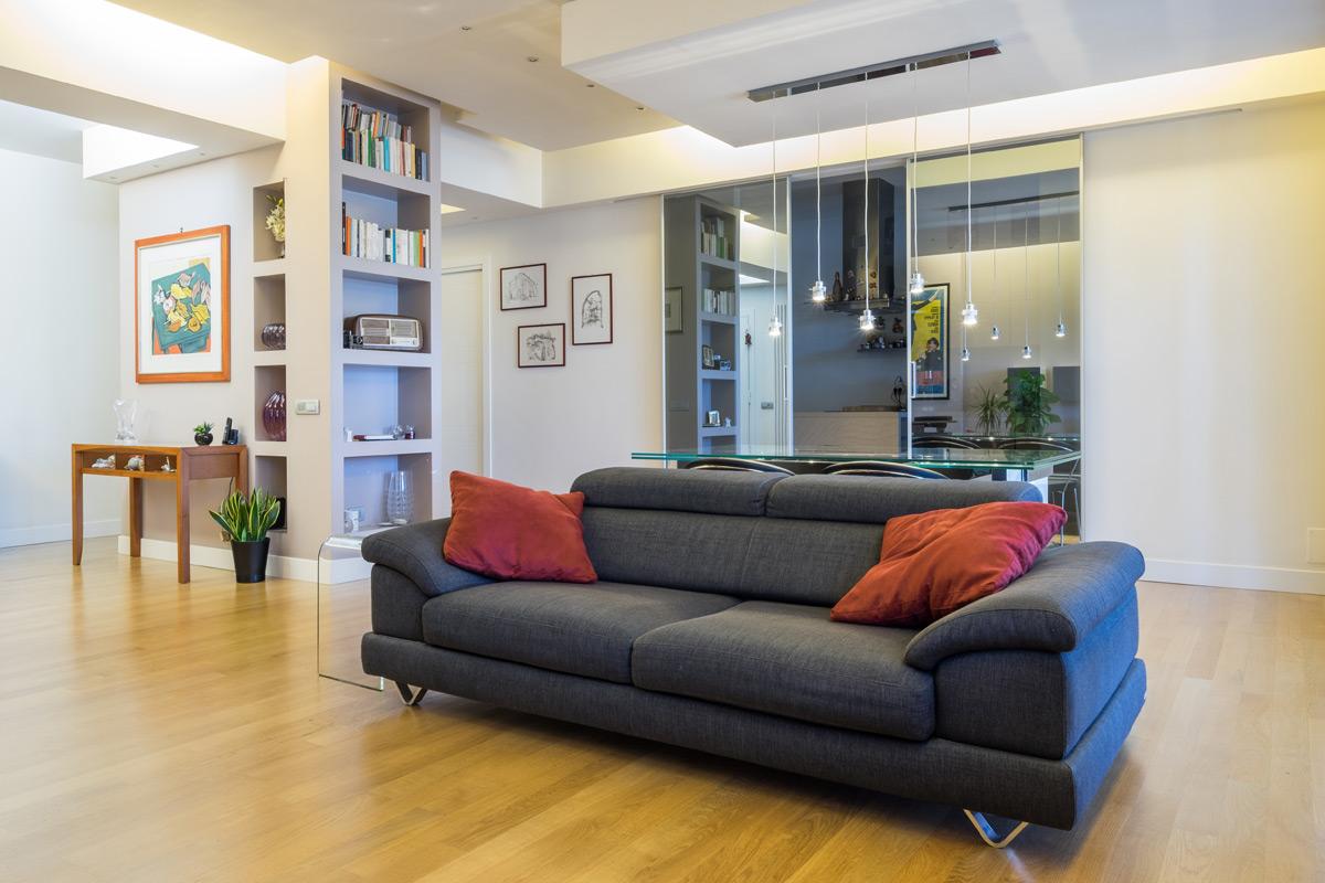 Soggiorno con divano e libreria di Casa Pietralata - officineMAMA - ph Emiliano Vincenti