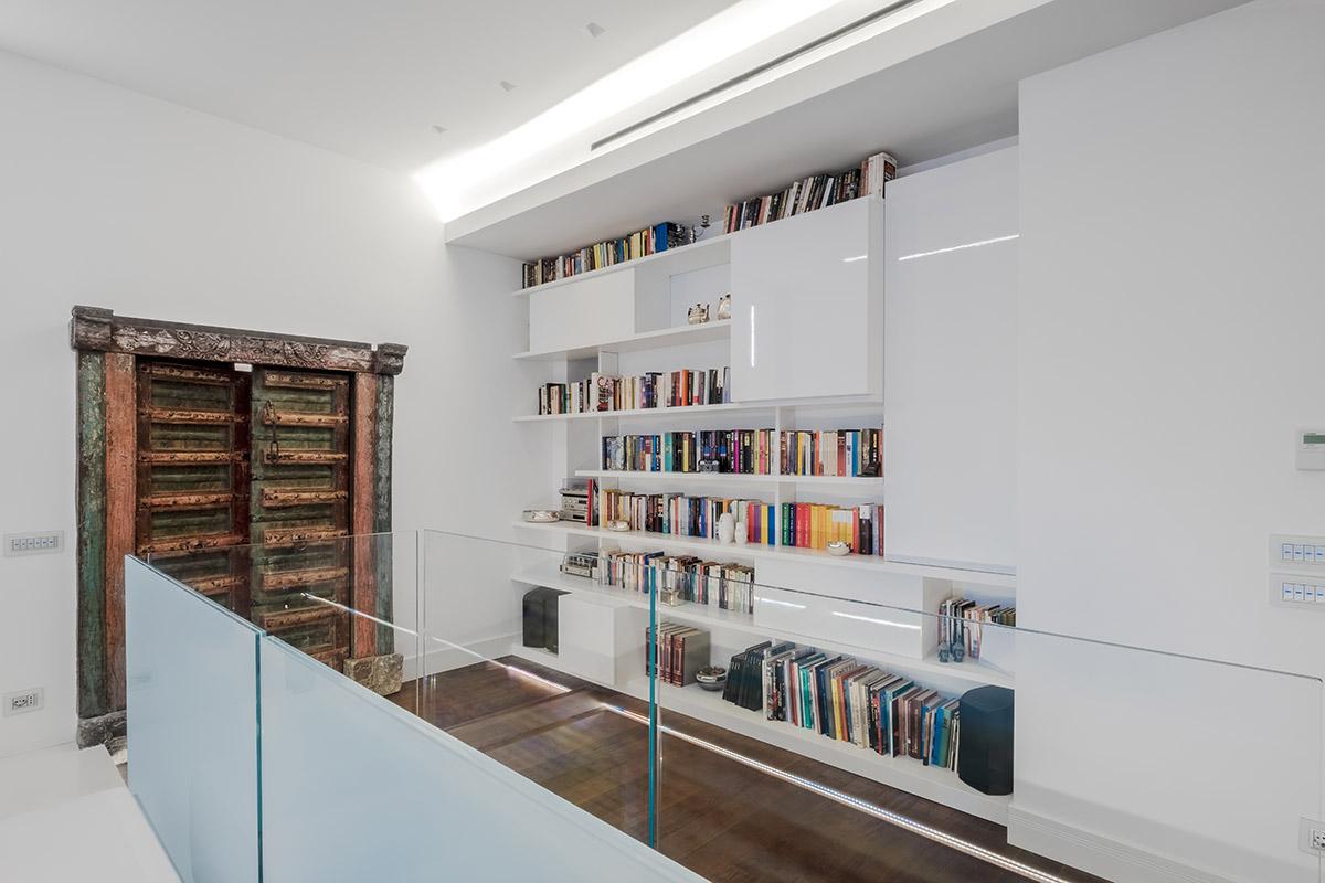 Casa nel Parco - Particolare Porta originale e libreria